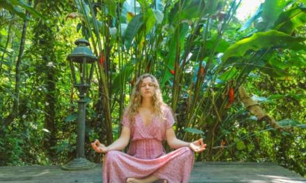 Sådan dyrker du yoga i haven omringet af havens dyr